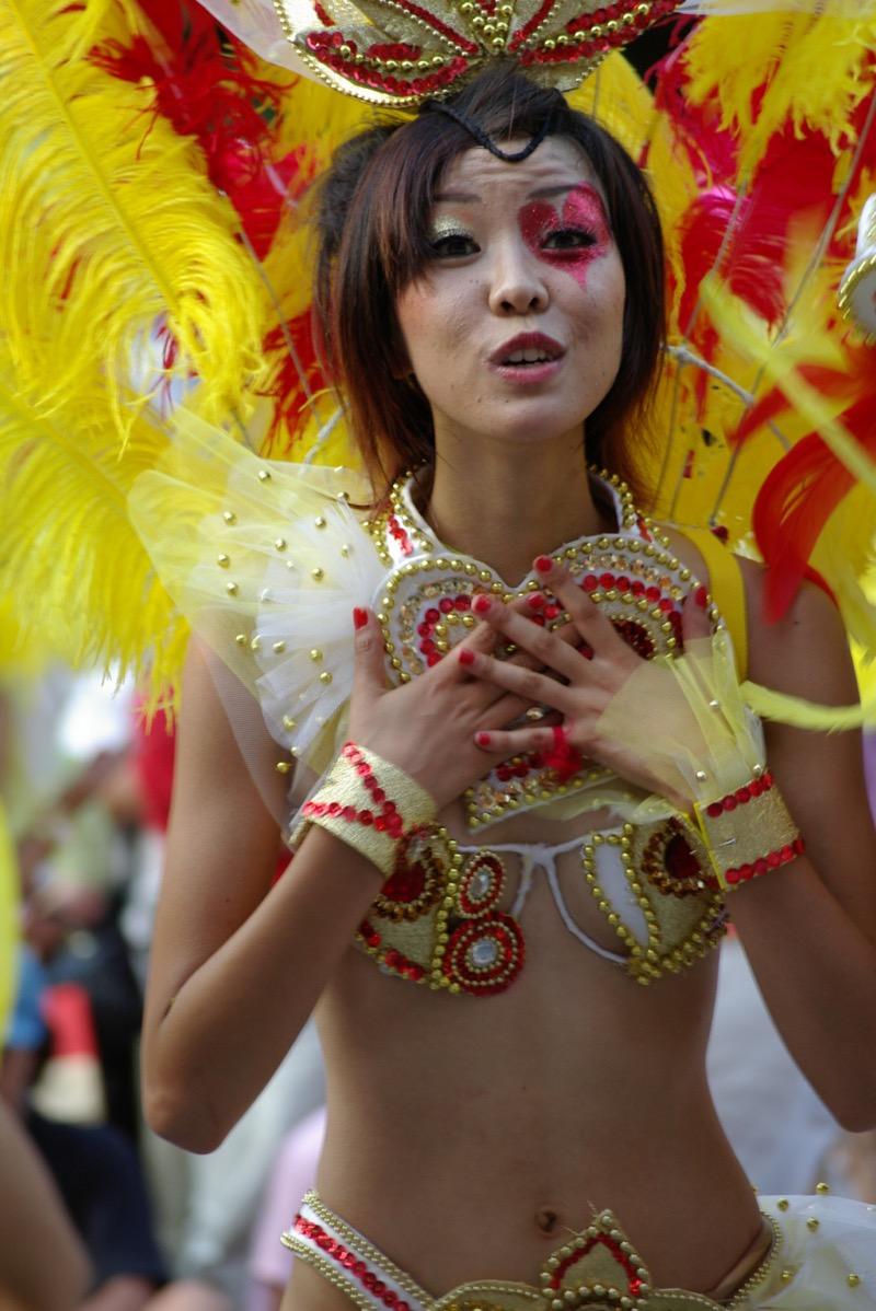 【サンバカーニバル】まるで野外露出ショーみたいなエロい衣装で踊り狂う女性達! 20