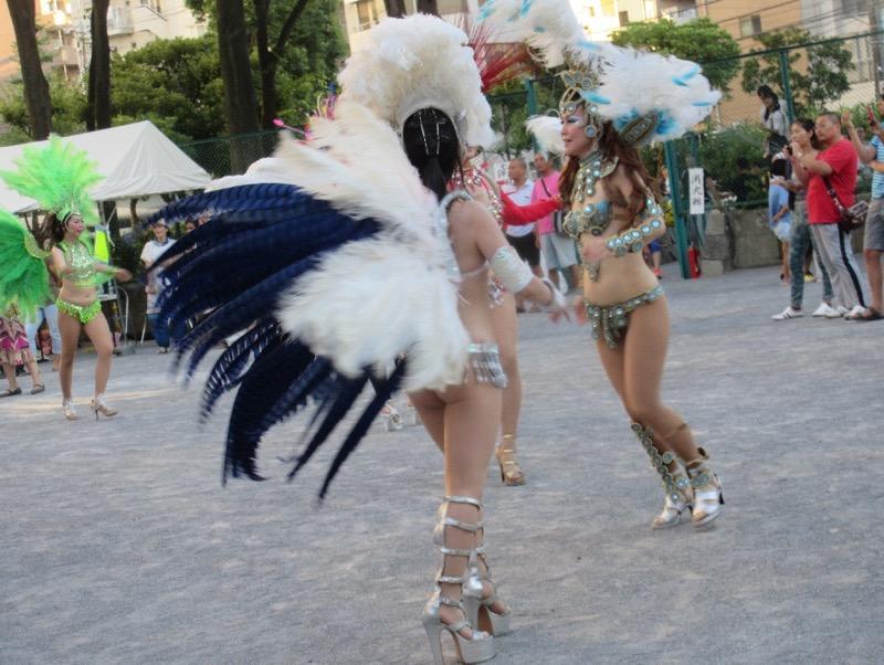 【サンバカーニバル】まるで野外露出ショーみたいなエロい衣装で踊り狂う女性達! 21