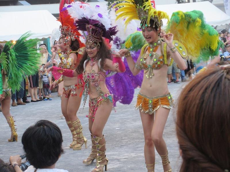 【サンバカーニバル】まるで野外露出ショーみたいなエロい衣装で踊り狂う女性達! 22