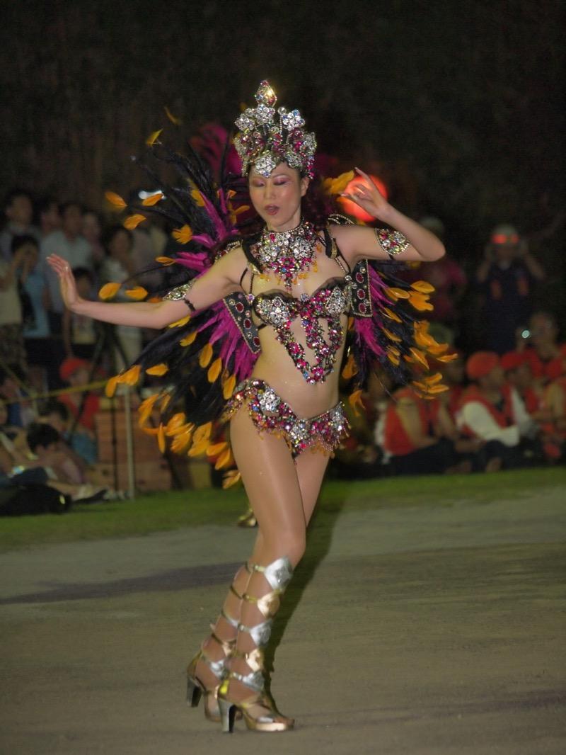 【サンバカーニバル】まるで野外露出ショーみたいなエロい衣装で踊り狂う女性達! 23