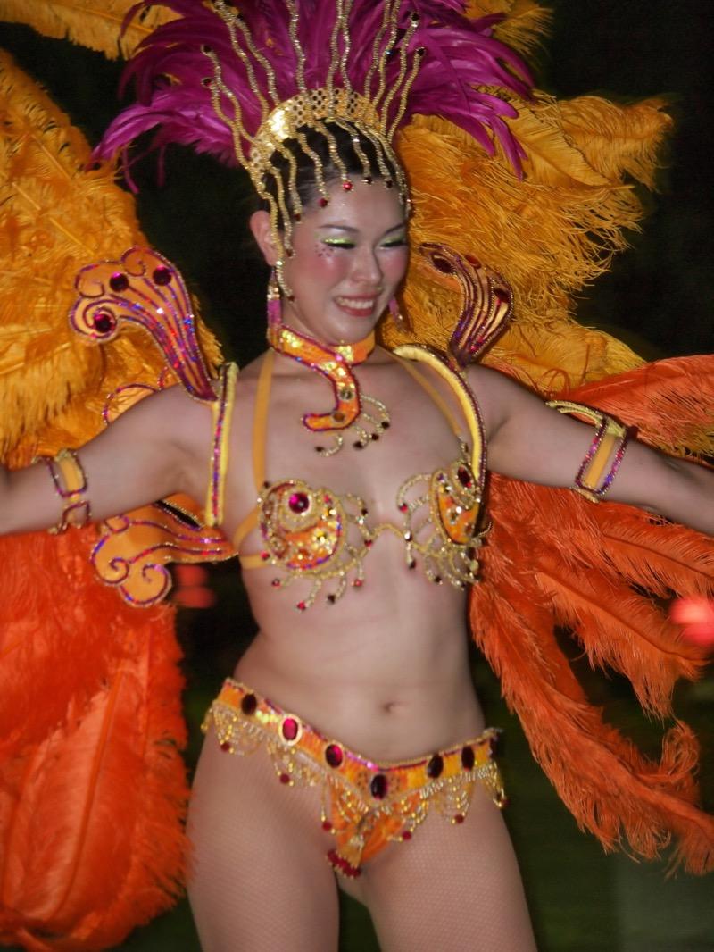【サンバカーニバル】まるで野外露出ショーみたいなエロい衣装で踊り狂う女性達! 24