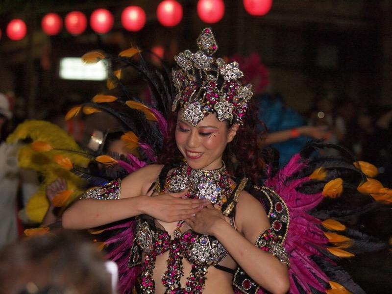 【サンバカーニバル】まるで野外露出ショーみたいなエロい衣装で踊り狂う女性達! 25