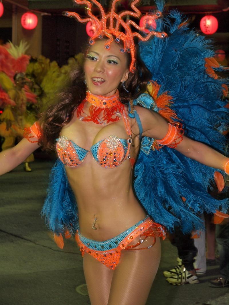 【サンバカーニバル】まるで野外露出ショーみたいなエロい衣装で踊り狂う女性達! 26
