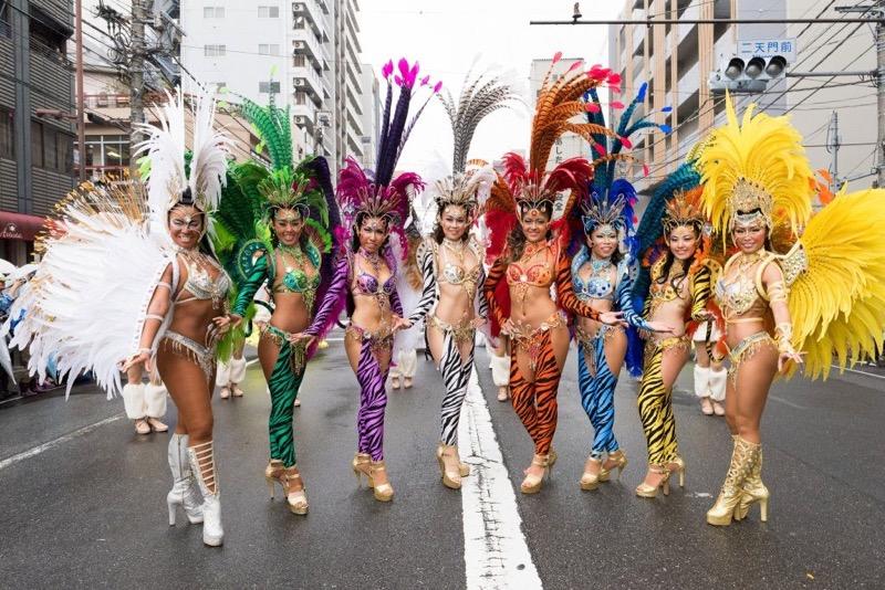 【サンバカーニバル】まるで野外露出ショーみたいなエロい衣装で踊り狂う女性達! 28