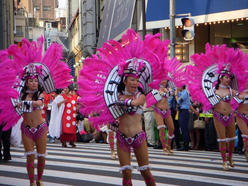 【サンバカーニバル】まるで野外露出ショーみたいなエロい衣装で踊り狂う女性達! 29