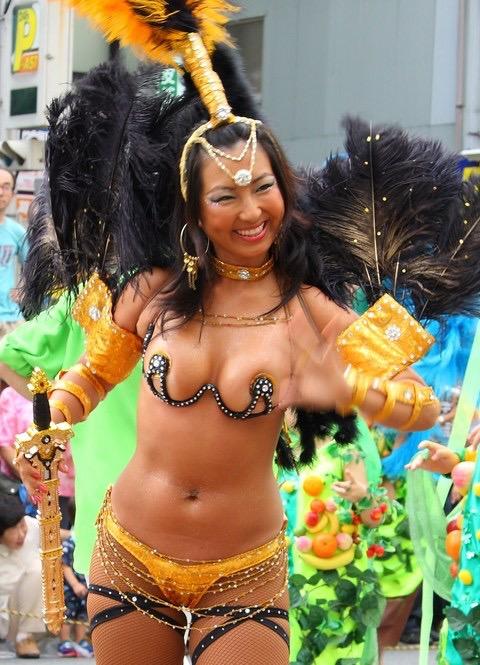 【サンバカーニバル】まるで野外露出ショーみたいなエロい衣装で踊り狂う女性達! 30