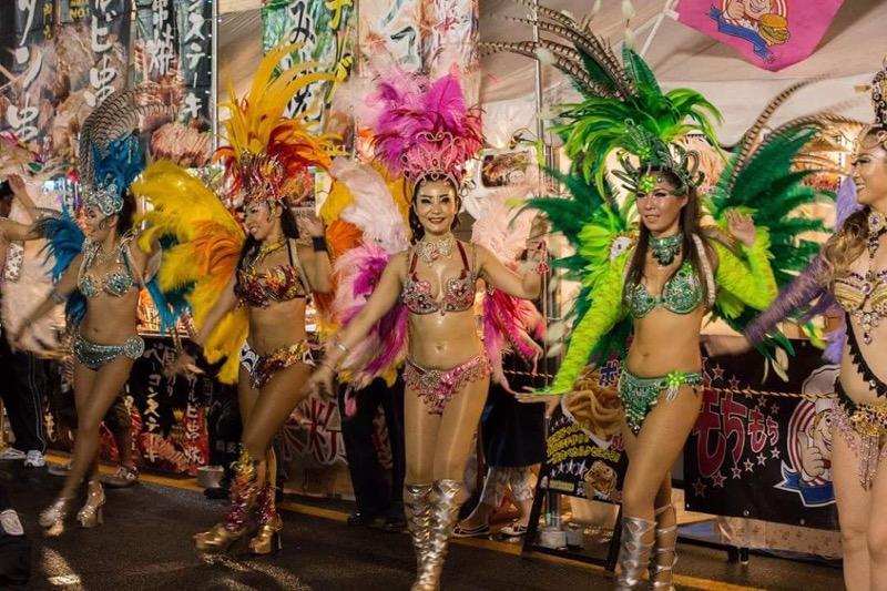 【サンバカーニバル】まるで野外露出ショーみたいなエロい衣装で踊り狂う女性達! 31
