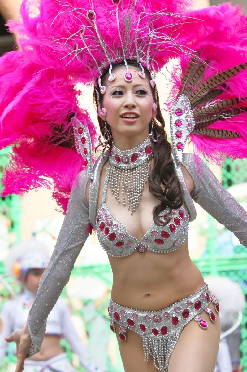 【サンバカーニバル】まるで野外露出ショーみたいなエロい衣装で踊り狂う女性達! 33