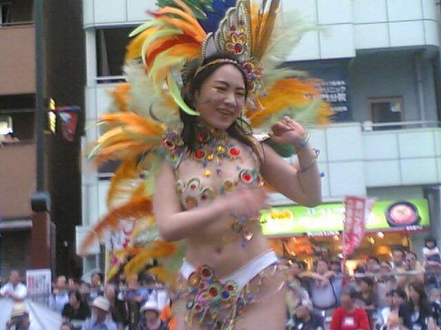 【サンバカーニバル】まるで野外露出ショーみたいなエロい衣装で踊り狂う女性達! 34