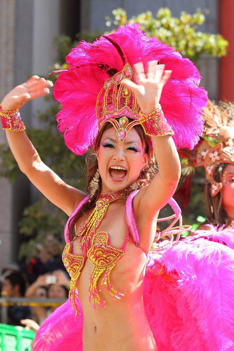 【サンバカーニバル】まるで野外露出ショーみたいなエロい衣装で踊り狂う女性達! 35
