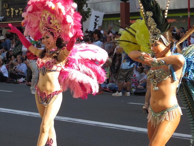 【サンバカーニバル】まるで野外露出ショーみたいなエロい衣装で踊り狂う女性達! 36