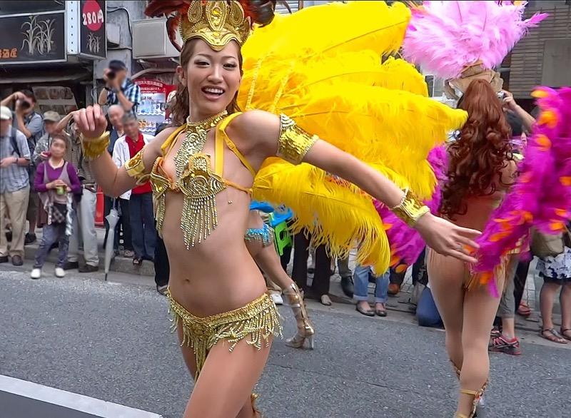 【サンバカーニバル】まるで野外露出ショーみたいなエロい衣装で踊り狂う女性達! 37
