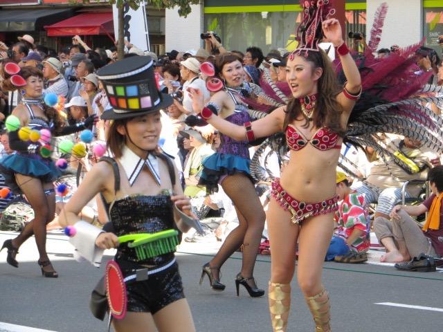 【サンバカーニバル】まるで野外露出ショーみたいなエロい衣装で踊り狂う女性達! 38