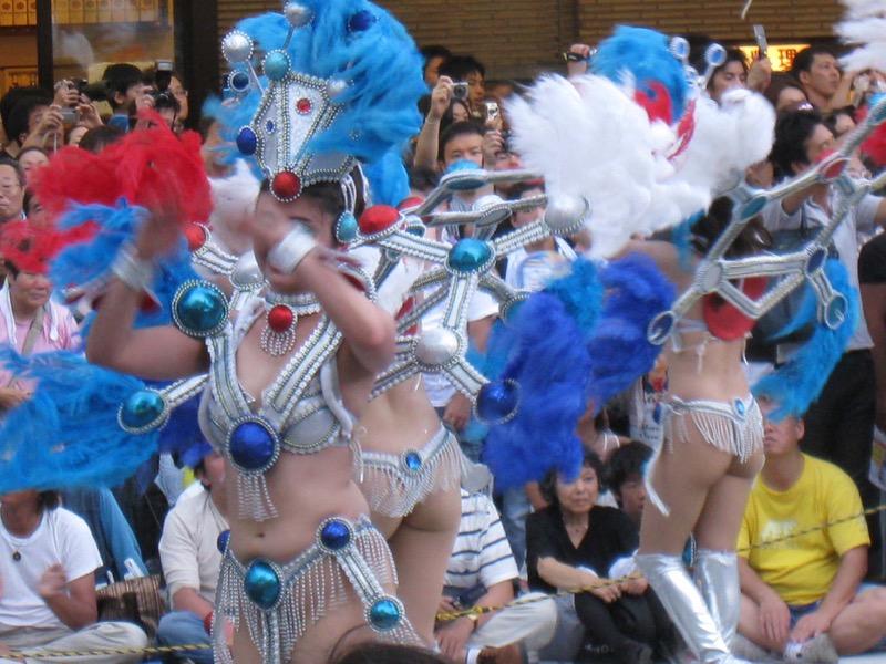 【サンバカーニバル】まるで野外露出ショーみたいなエロい衣装で踊り狂う女性達! 39