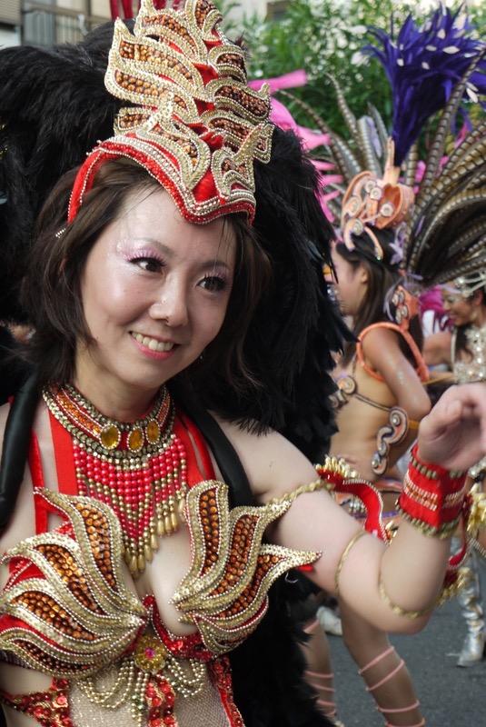 【サンバカーニバル】まるで野外露出ショーみたいなエロい衣装で踊り狂う女性達! 40