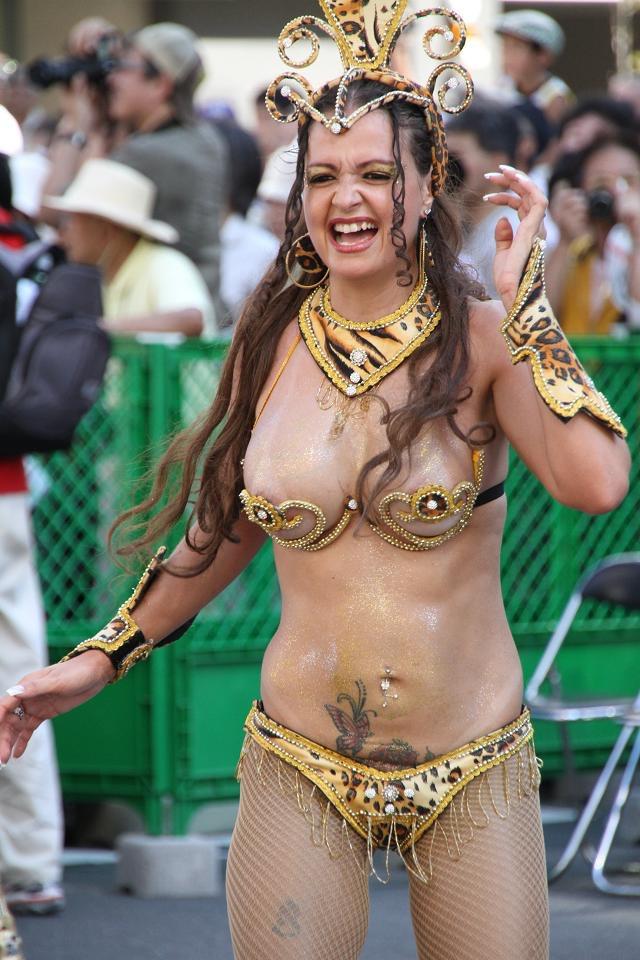 【サンバカーニバル】まるで野外露出ショーみたいなエロい衣装で踊り狂う女性達! 41