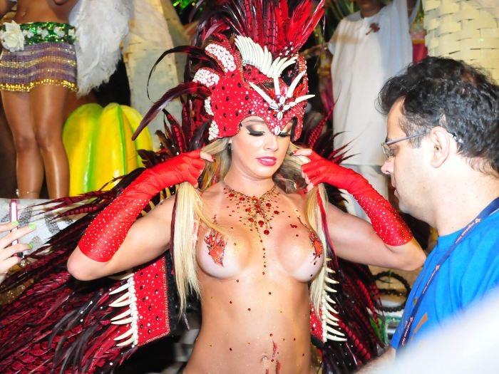 【サンバカーニバル】まるで野外露出ショーみたいなエロい衣装で踊り狂う女性達! 42