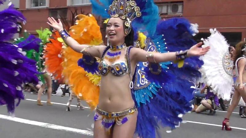 【サンバカーニバル】まるで野外露出ショーみたいなエロい衣装で踊り狂う女性達! 44