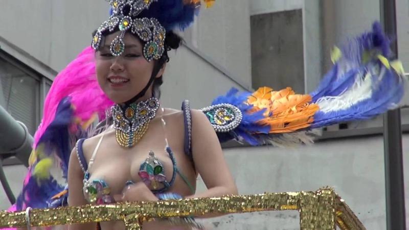 【サンバカーニバル】まるで野外露出ショーみたいなエロい衣装で踊り狂う女性達! 45
