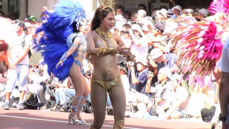【サンバカーニバル】まるで野外露出ショーみたいなエロい衣装で踊り狂う女性達! 48