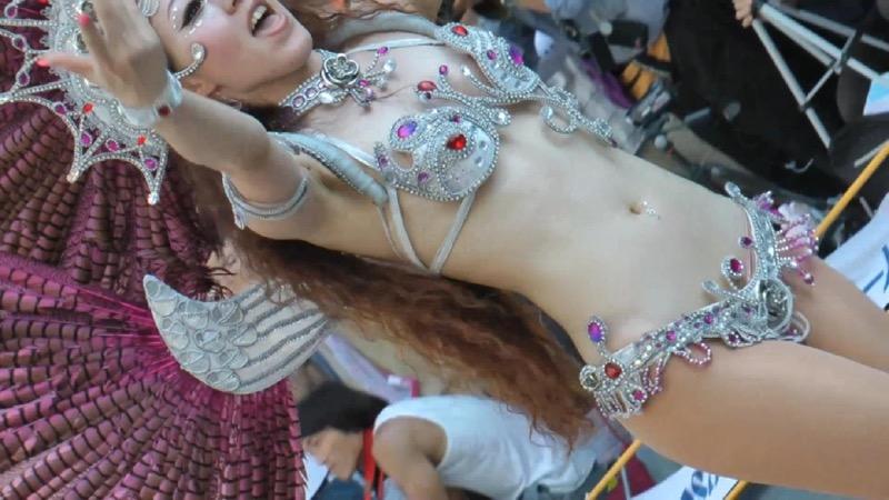 【サンバカーニバル】まるで野外露出ショーみたいなエロい衣装で踊り狂う女性達! 49