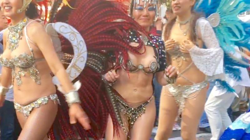 【サンバカーニバル】まるで野外露出ショーみたいなエロい衣装で踊り狂う女性達! 51
