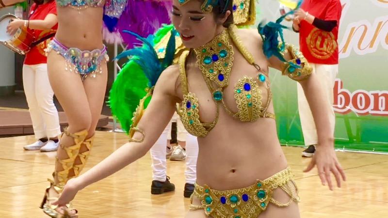 【サンバカーニバル】まるで野外露出ショーみたいなエロい衣装で踊り狂う女性達! 52