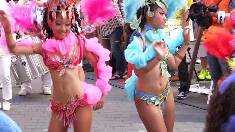 【サンバカーニバル】まるで野外露出ショーみたいなエロい衣装で踊り狂う女性達! 54