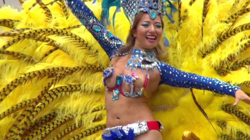 【サンバカーニバル】まるで野外露出ショーみたいなエロい衣装で踊り狂う女性達! 55