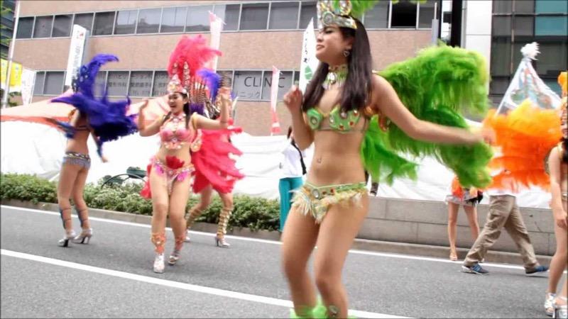 【サンバカーニバル】まるで野外露出ショーみたいなエロい衣装で踊り狂う女性達! 56
