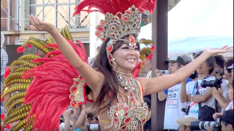 【サンバカーニバル】まるで野外露出ショーみたいなエロい衣装で踊り狂う女性達! 57