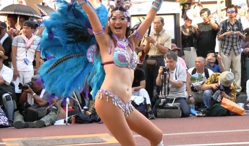 【サンバカーニバル】まるで野外露出ショーみたいなエロい衣装で踊り狂う女性達! 58