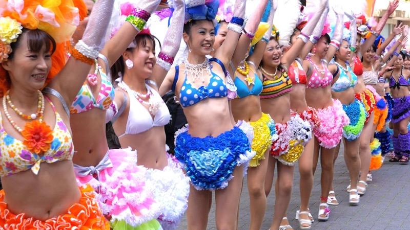 【サンバカーニバル】まるで野外露出ショーみたいなエロい衣装で踊り狂う女性達! 59