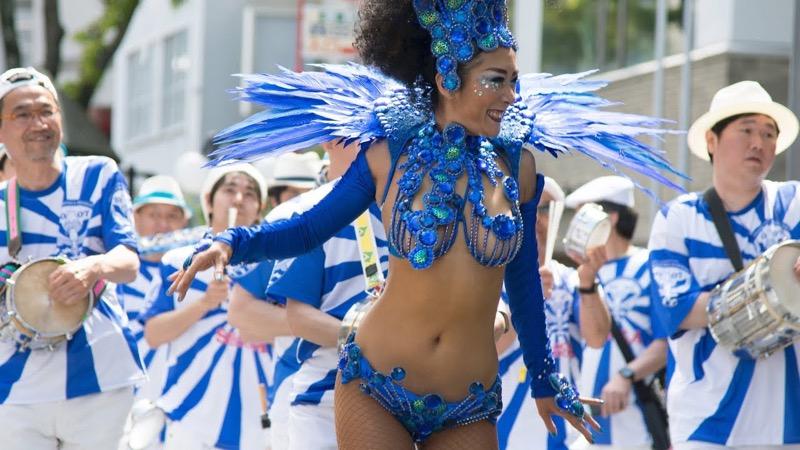 【サンバカーニバル】まるで野外露出ショーみたいなエロい衣装で踊り狂う女性達! 61