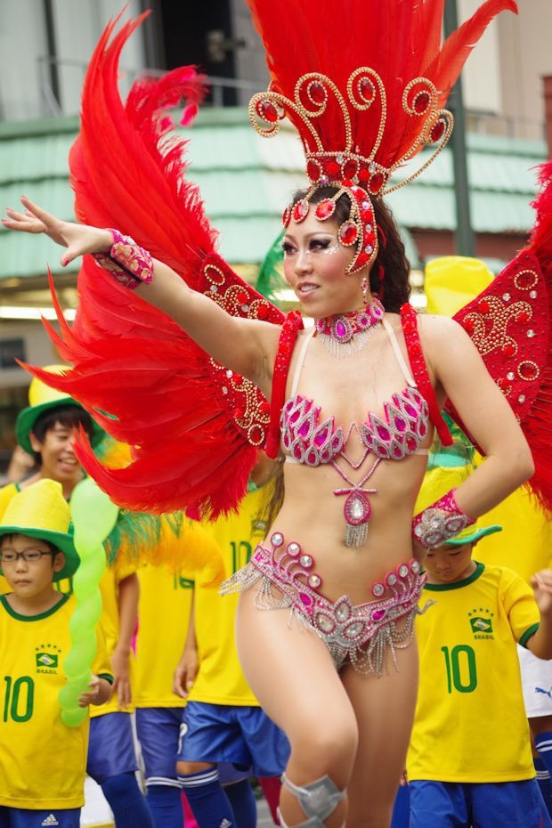 【サンバカーニバル】まるで野外露出ショーみたいなエロい衣装で踊り狂う女性達! 63