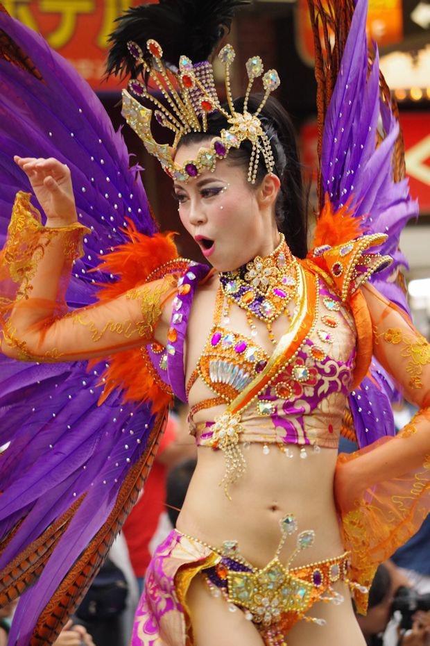 【サンバカーニバル】まるで野外露出ショーみたいなエロい衣装で踊り狂う女性達! 64