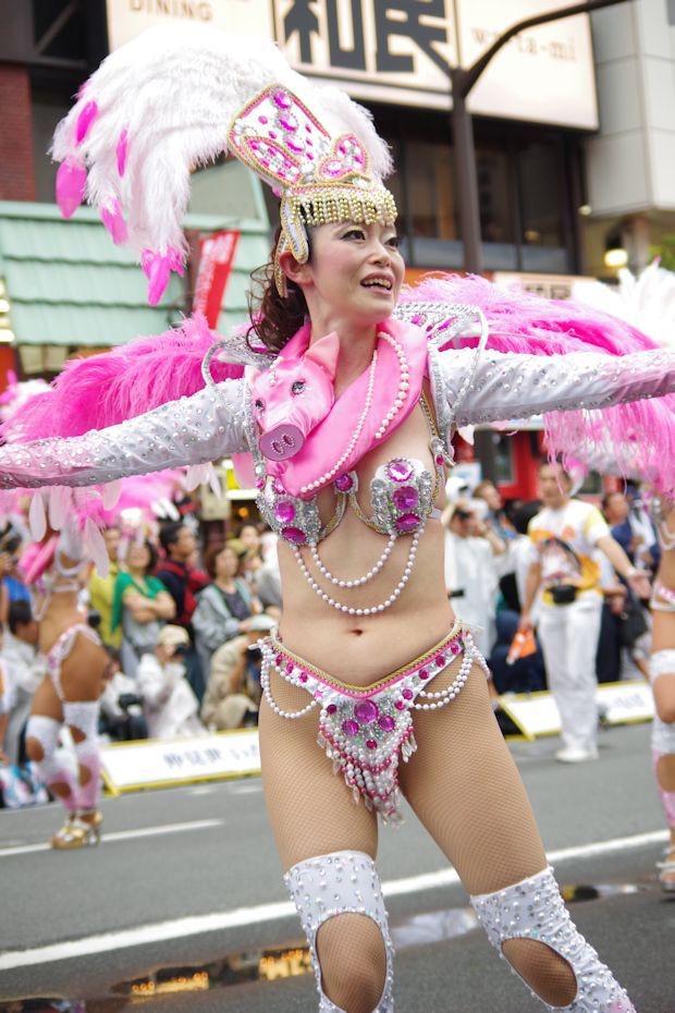【サンバカーニバル】まるで野外露出ショーみたいなエロい衣装で踊り狂う女性達! 65