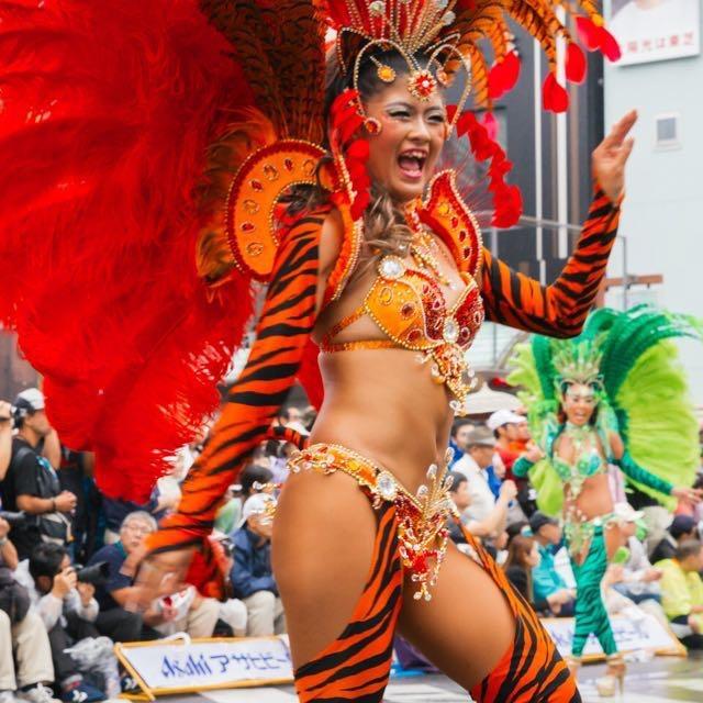 【サンバカーニバル】まるで野外露出ショーみたいなエロい衣装で踊り狂う女性達! 66