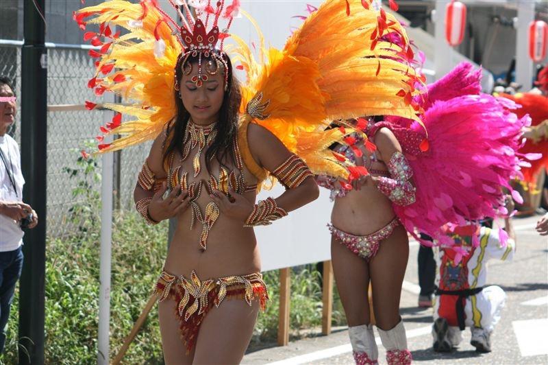 【サンバカーニバル】まるで野外露出ショーみたいなエロい衣装で踊り狂う女性達! 69
