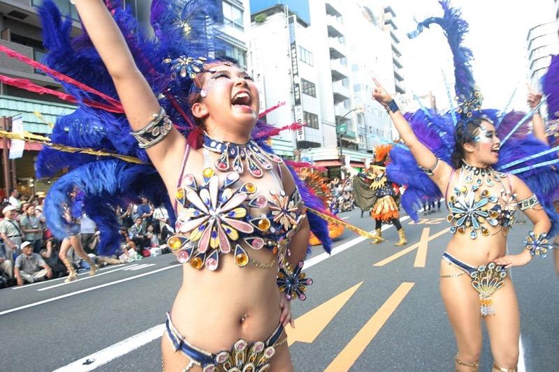 【サンバカーニバル】まるで野外露出ショーみたいなエロい衣装で踊り狂う女性達! 72