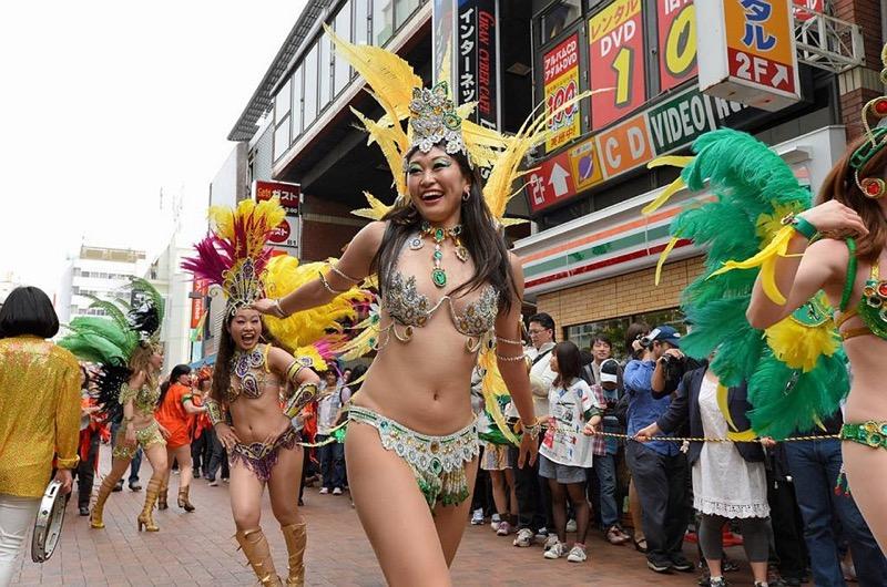 【サンバカーニバル】まるで野外露出ショーみたいなエロい衣装で踊り狂う女性達! 73