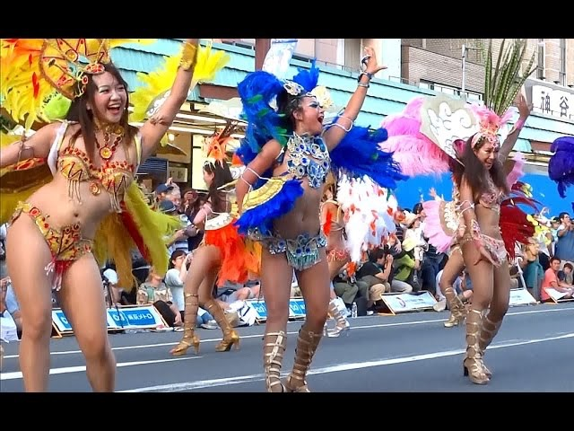 【サンバカーニバル】まるで野外露出ショーみたいなエロい衣装で踊り狂う女性達! 74