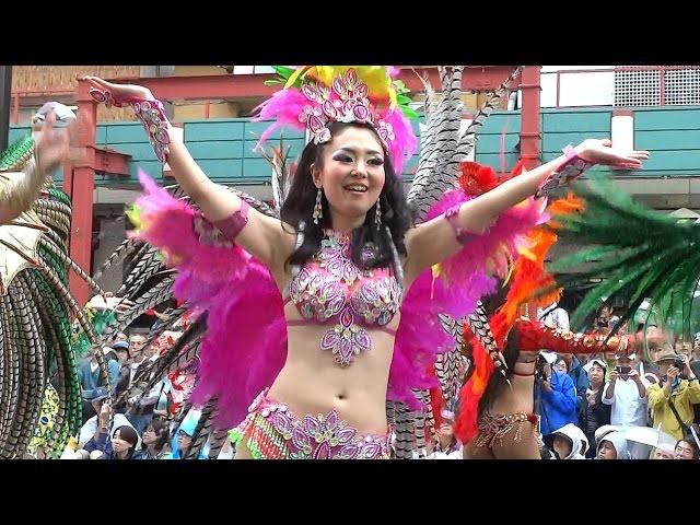 【サンバカーニバル】まるで野外露出ショーみたいなエロい衣装で踊り狂う女性達! 75