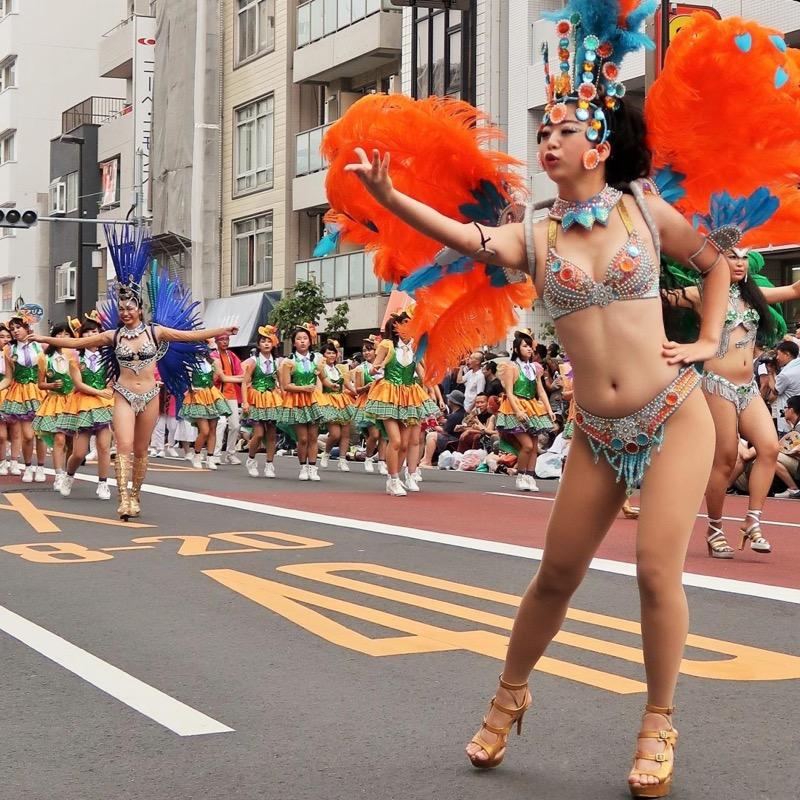【サンバカーニバル】まるで野外露出ショーみたいなエロい衣装で踊り狂う女性達! 76