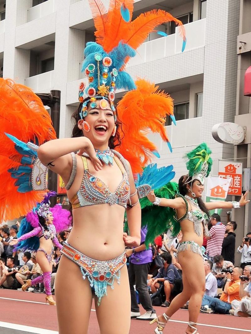 【サンバカーニバル】まるで野外露出ショーみたいなエロい衣装で踊り狂う女性達! 77