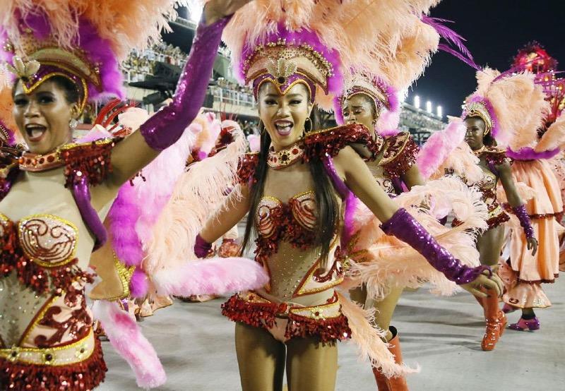 【サンバカーニバル】まるで野外露出ショーみたいなエロい衣装で踊り狂う女性達! 78