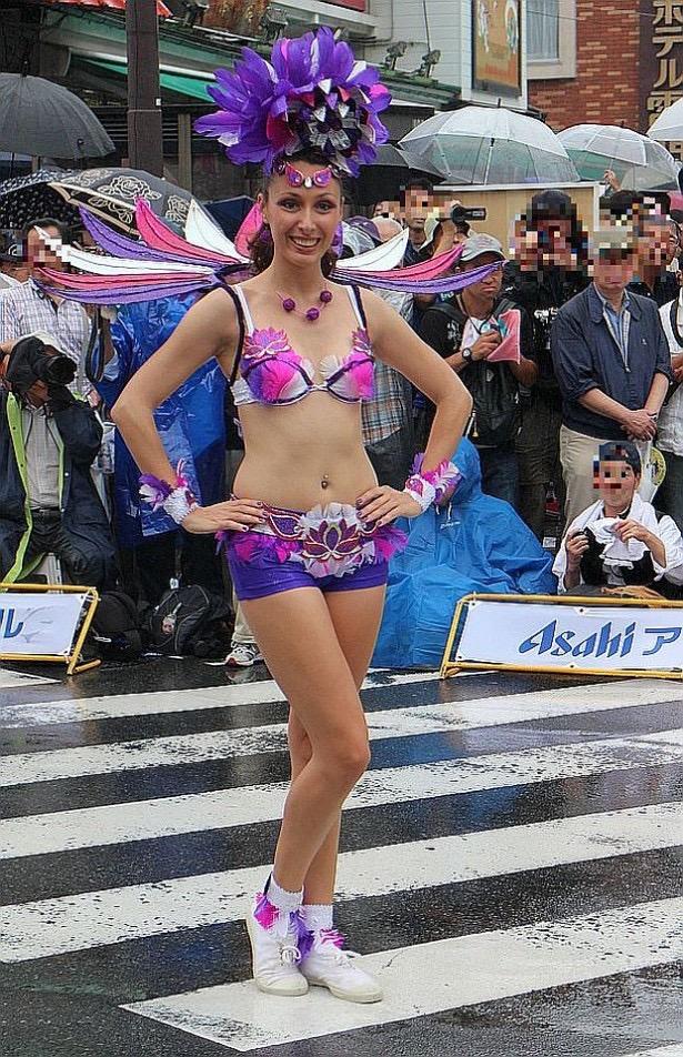 【サンバカーニバル】まるで野外露出ショーみたいなエロい衣装で踊り狂う女性達! 79