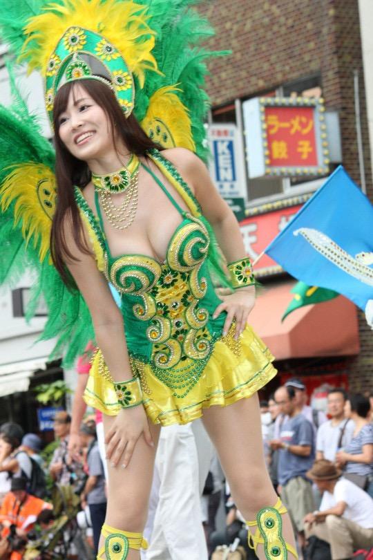 【サンバカーニバル】まるで野外露出ショーみたいなエロい衣装で踊り狂う女性達! 80