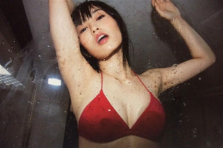 【NMB48エロ画像】グループも変態水着も卒業を決めた山本彩の水着画像 30