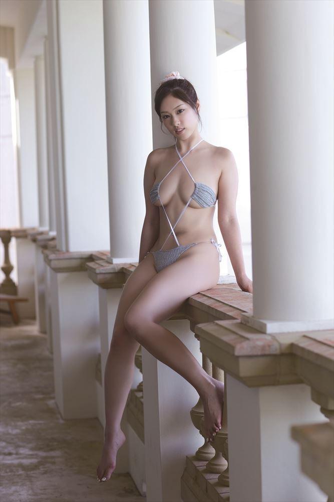 【変態水着エロ画像】男性向けの高露出デザインがヌケる水着姿の美女達 06
